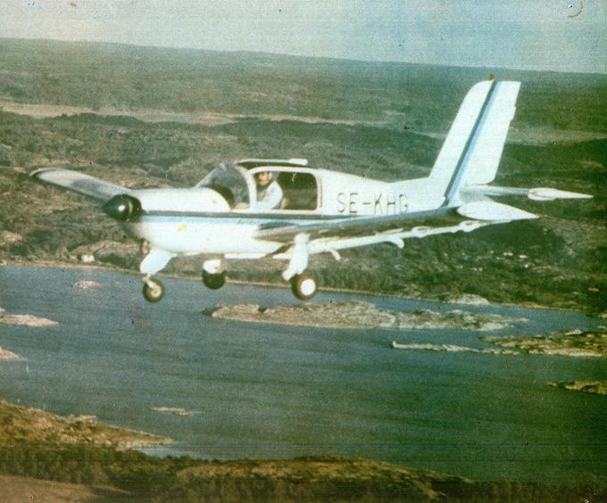 Samolot PZL Koliber 150 SE-KHG lotnictwa szwedzkiego w locie nad Havstensfiordem, rejon Uddevalla. 1990r. Zdjęcie SE-LIB Areo.