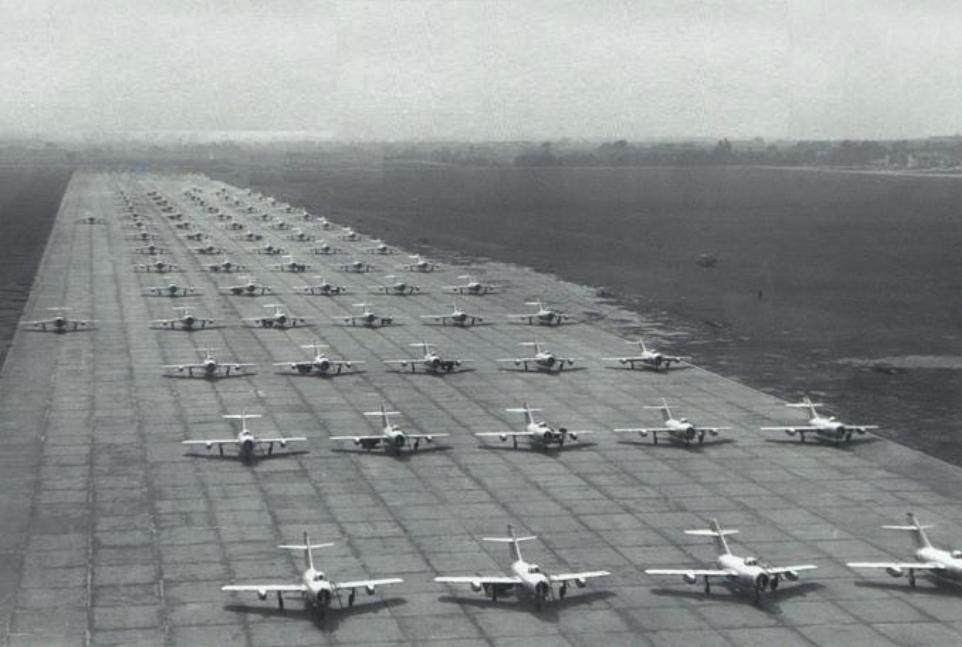 Przygotowania do pokazów. Na DS Nr 2 samoloty myśliwskie Lim-1/2. 1957 rok. Zdjęcie LAC