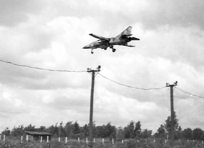 MiG-23 tuż po starcie z lotniska Smoleńsk. Zdjęcie LAC