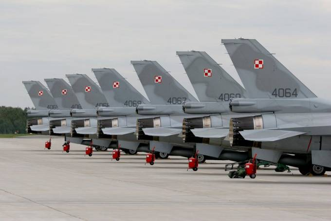 Polskie F-16 Jastrząb na Lotnisku Krzesiny. 2010r.