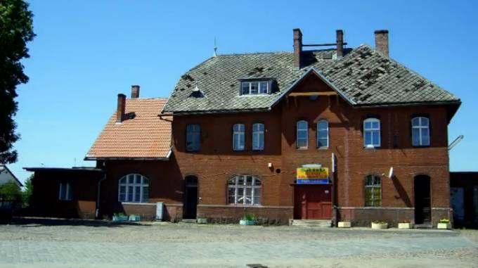 Budynek dworca kolejowego w Mirocławcu w którym umieszczono firmę Skupu Metali Kolorowych. 2007r.