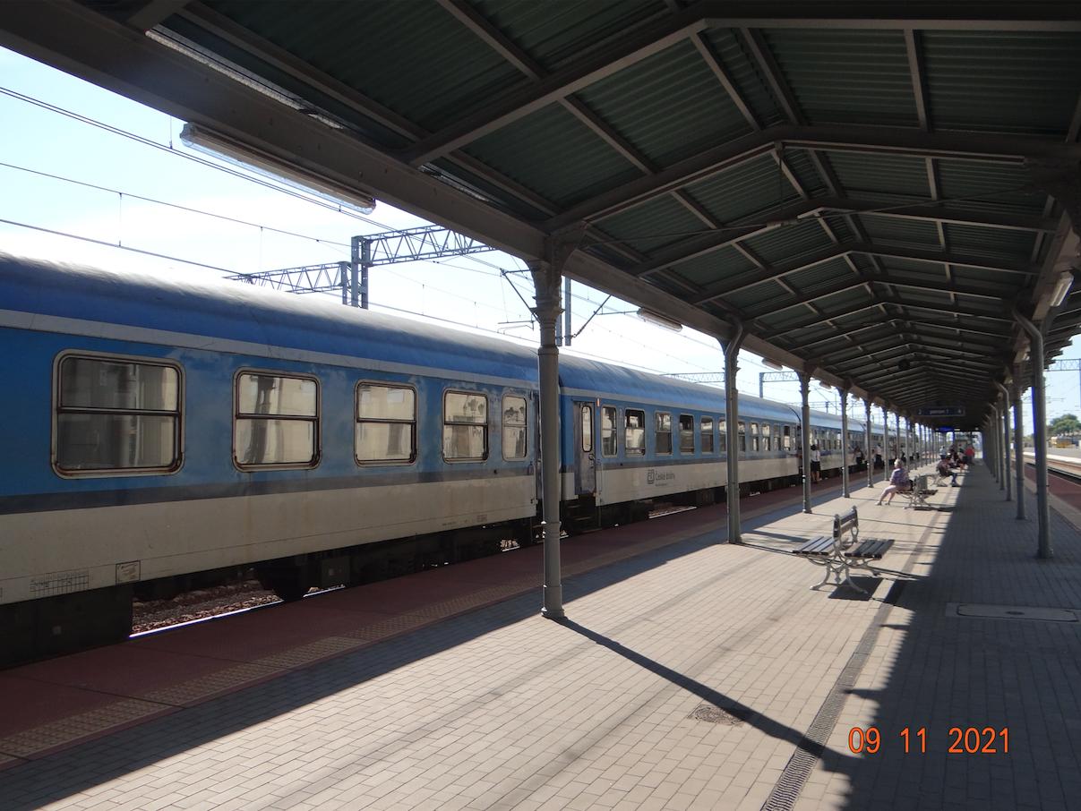 PKP Tarnów. Zabytkowa wiata i pociąg do Pragi. 2021 rok. Zdjęcie Karol Placha Hetman