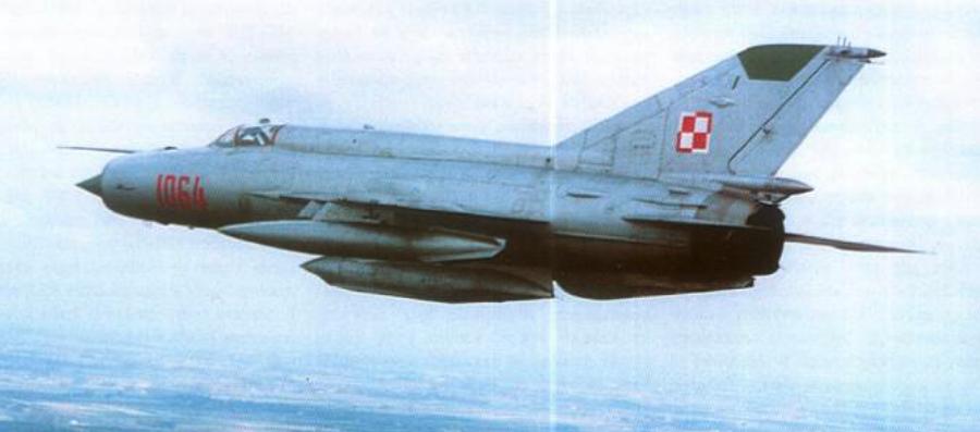 MiG-21 R nb 1064 z zasobnikiem Typu D. 1980 rok. Zdjęcie LAC