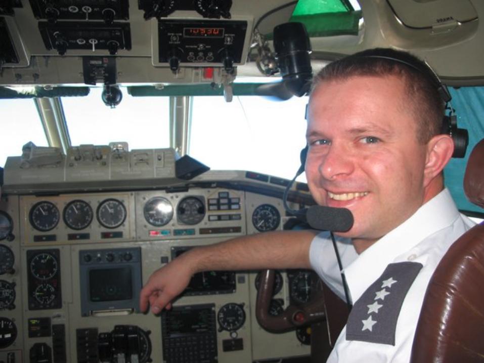 Kapitan pilot Arkadiusz Protasiuk – Kapitan załogi.