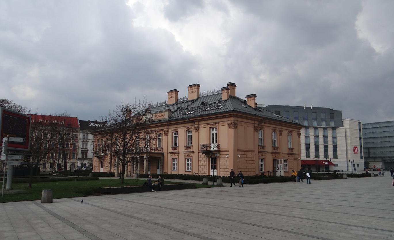 """Budynek """"Poczta Polska"""" na placu dworcowym. 2021 rok. Zdjęcie Karol Placha Hetman"""