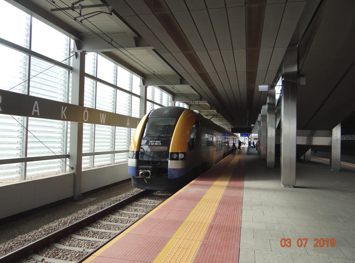 Stacja kolejowa Lotnisko. Pociąg PESA EN-77-004. 2019 rok. Zdjęcie Karol Placha Hetman