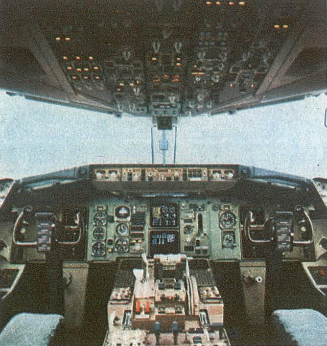 Tablica przyrządów w B-767-200 ER rejestracja SP-LOA. Monitory są kineskopowe, a jednak to były dwie generacje przed sprzętem sowieckim. 1989r.