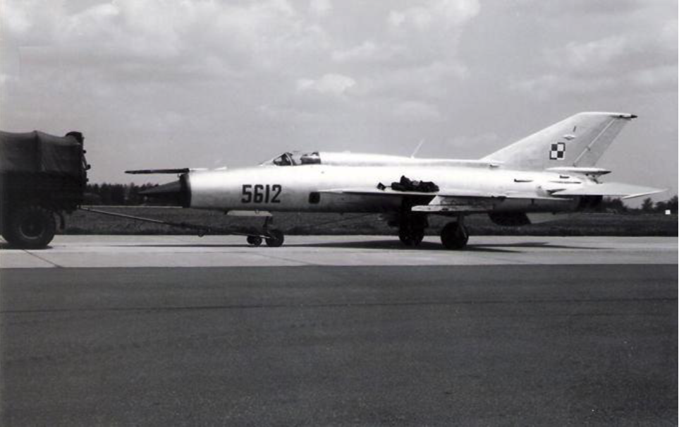 MiG-21 PFM nb 5612 na Lotnisku Mierzęcice. Prawdopodobnie początek 80-tych lat, po przekazaniu samolotu z 26. PLM Zegrze Pomorskie. Zdjęcie LAC