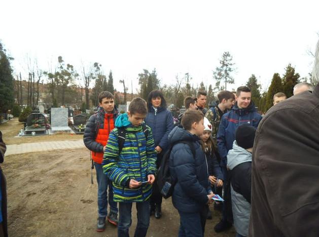 W tle widoczna z młodzieżą Iwona Kowalik - nauczycielka szkoły nr 26
