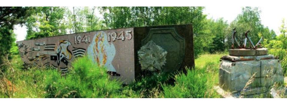 Lotnisko Krzywa, pomnik przy placu apelowym. 2007 rok. www.fortyfikacje.legnica