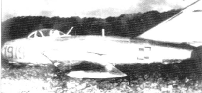 Lim-2 nb 1919 porucznika Bogdan Kożuchowski po przymusowym lądowaniu w Szwecji koło miasta Halland. 7.11.1957r..