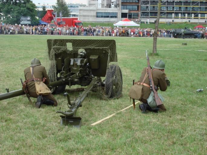 Inscenizacja bitwy podczas IV Pikniku Lotniczego. 2007r.