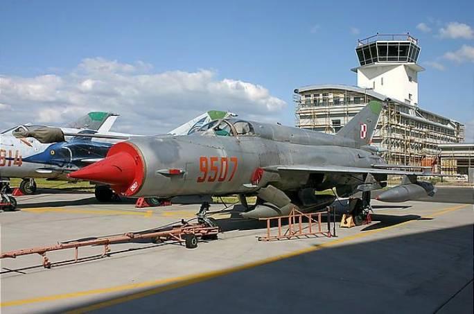 Myśliwiec MiG-21 bis nb 9507 po zakończeniu eksploatacji w 3 ELT na Lotnisku Krzesiny. W tle budowa portu lotniczego wraz z wieżą kontroli lotów. 2004r.