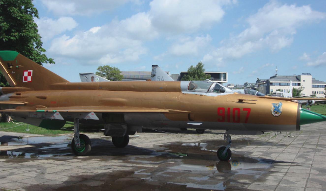 Złoty MiG-21 MF nb 9107, po renowacji powłoki lakierniczej. Czyżyny 2009 rok. Zdjęcie Karol Placha Hetman