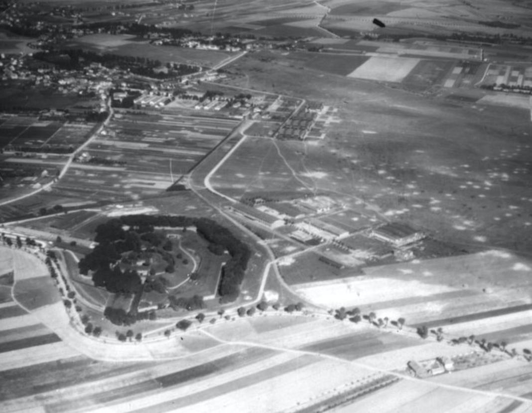 Lotnisko Rakowice. Widoczny Fort Pszorna, dwa hangary Stelli-Sawickiego, ten zniszczony to obecne muzeum lotnictwa, powyżej trzy hangary Stelli-Sawickiego i dalej hangary Obmińskiego. Prawdopodobnie 1940 rok. Zdjęcie LAC