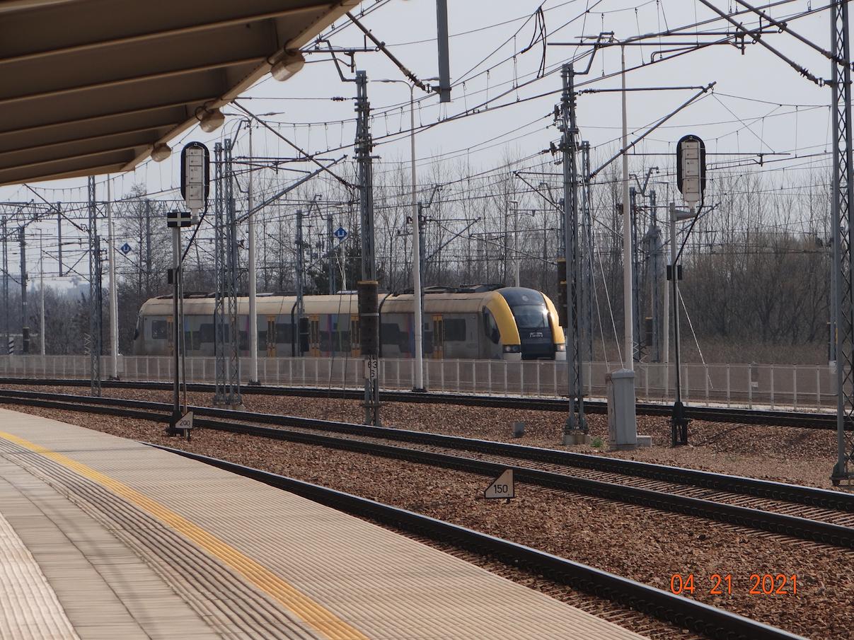 Pociąg EN77-004 dojeżdża do przystanku Młynówka. 2021 rok. Zdjęcie Karol Placha Hetman