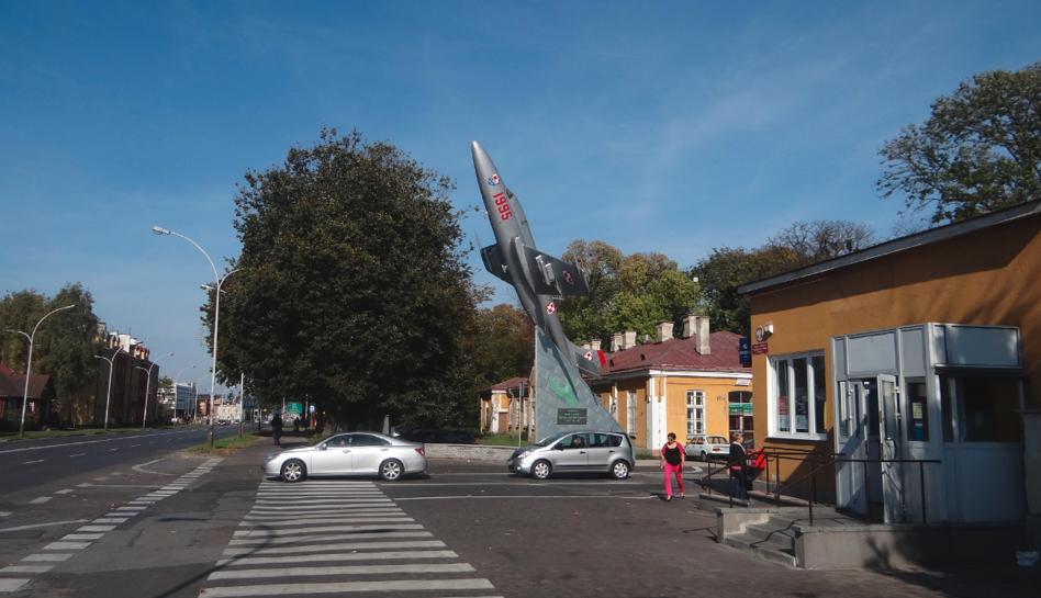 Zamość. Wjazd na teren koszar z samolotem TS-11 Iskra. 2014 rok. Zdjęcie Karol Placha Hetman