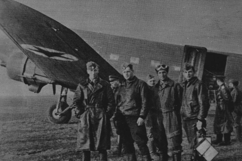 Instruktorzy sowieccy na Lotnisku Grigoriewskoje. Od lewej: Oleg Matwiejew, Wasyl Gaszyn, Włodzimierz Bojew, Andriej Korniejew. Samolot Liusnow Li-2. 1943 rok. Zdjęcie LAC