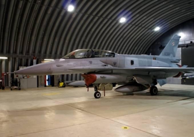 F-16 D nb 4086 w schrono-hangarze. Łask 2009r.