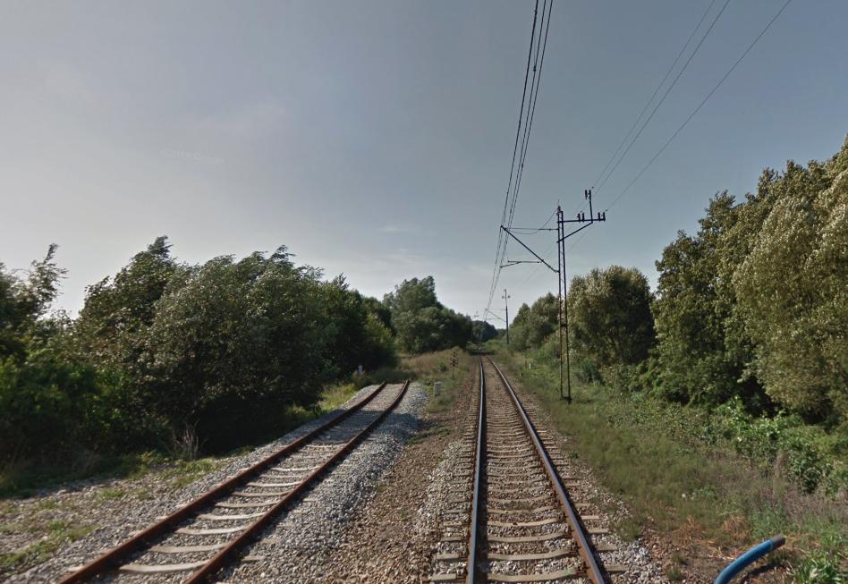 Szlak kolejowy, kierunek Sulechów. Lewy tor to modernizowana bocznica na lotnisko. 2013 rok. Zdjęcie LAC