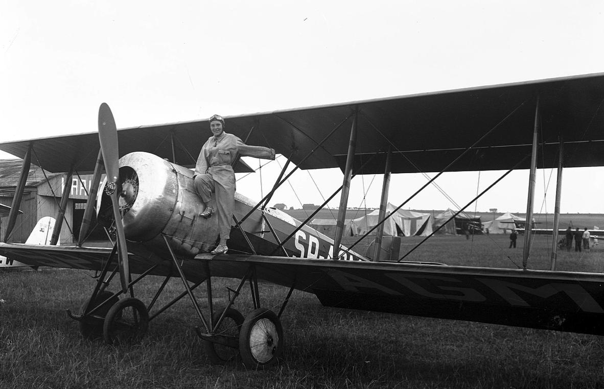 Hanriot H-28 rejestracja SP-AGM i pilot Jadwiga Pitulanka. Lotnisko Rakowice-Czyżyny. Zdjęcie NAC