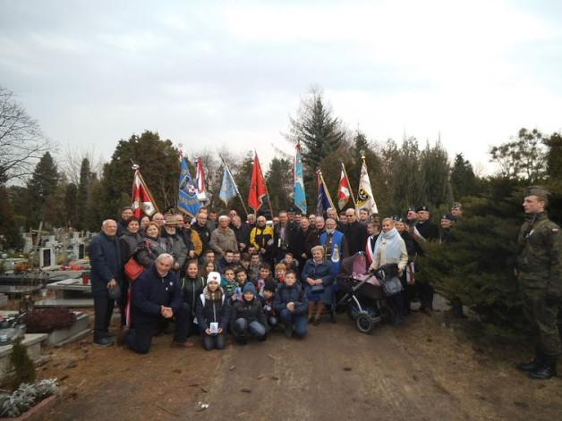 Grupowe zdjęcie zebranych na uroczystości, od lewej autor tekstu i zdjęć Teofil Lenartowicz