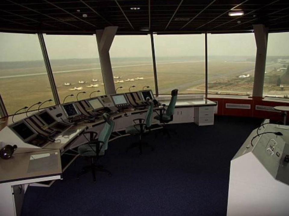 Stanowiska operatorów w Wieży Kontroli Lotów, Lotnisko Goleniów. Z prawej strony w oddali widoczny Terminal. 2009 rok. Zdjęcie LAC