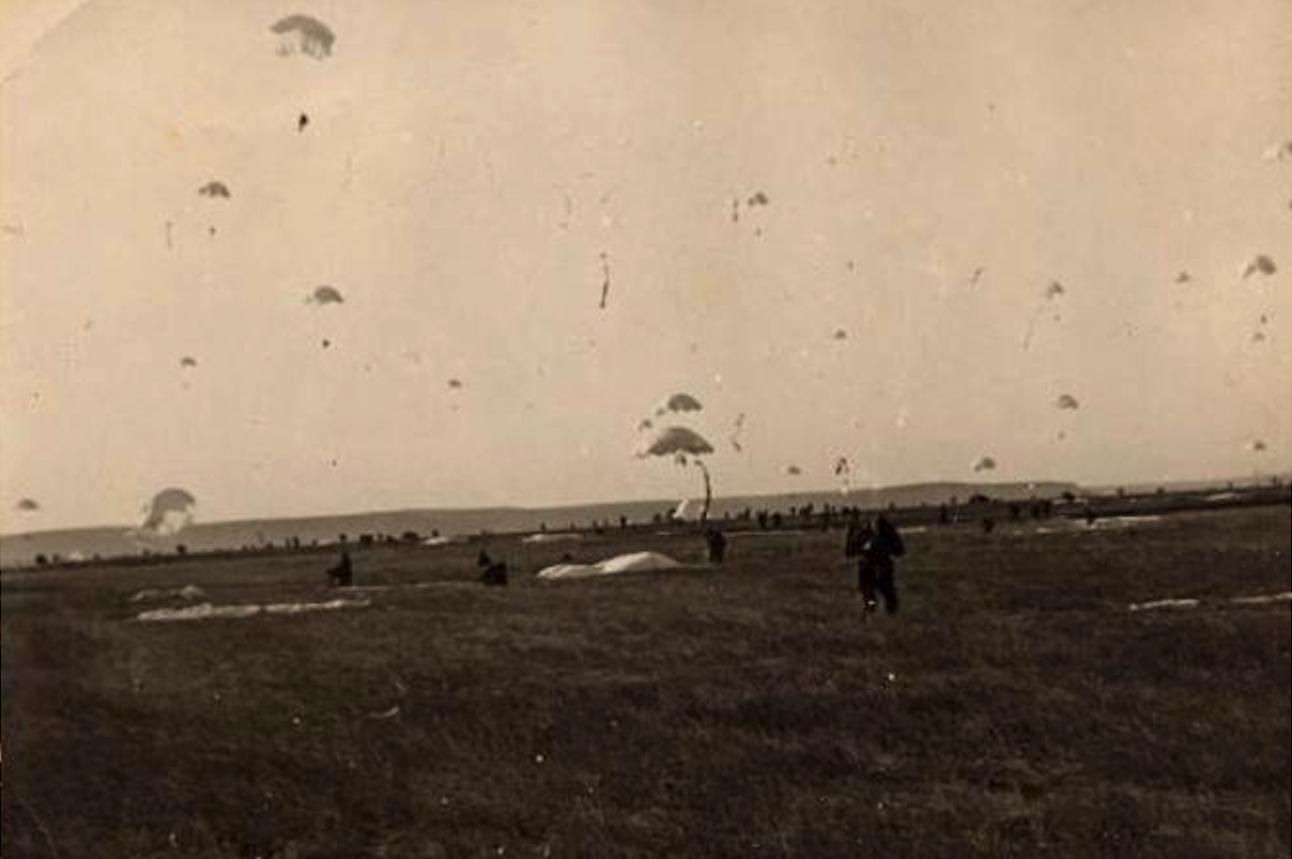 Desant Polskich spadochroniarzy koło Erfurtu w dniu 21.10.1965 roku. Zdjęcie LAC