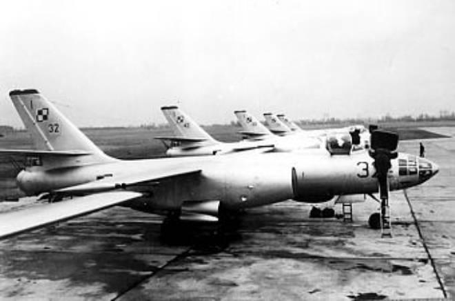 Ił-28 na lotnisku.
