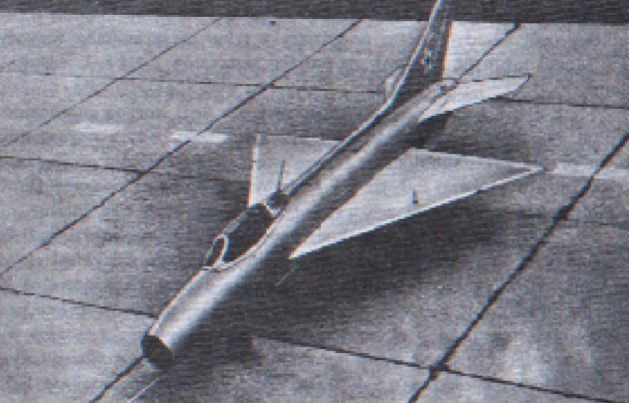 """Mikojan i Guriewicz E-4 w pierwotnej wersji. Na skrzydle widoczny tak zwany """"żołnierzyk"""", mechaniczny wskaźnik wysuniętego podwozia. Zdjęcie LAC"""