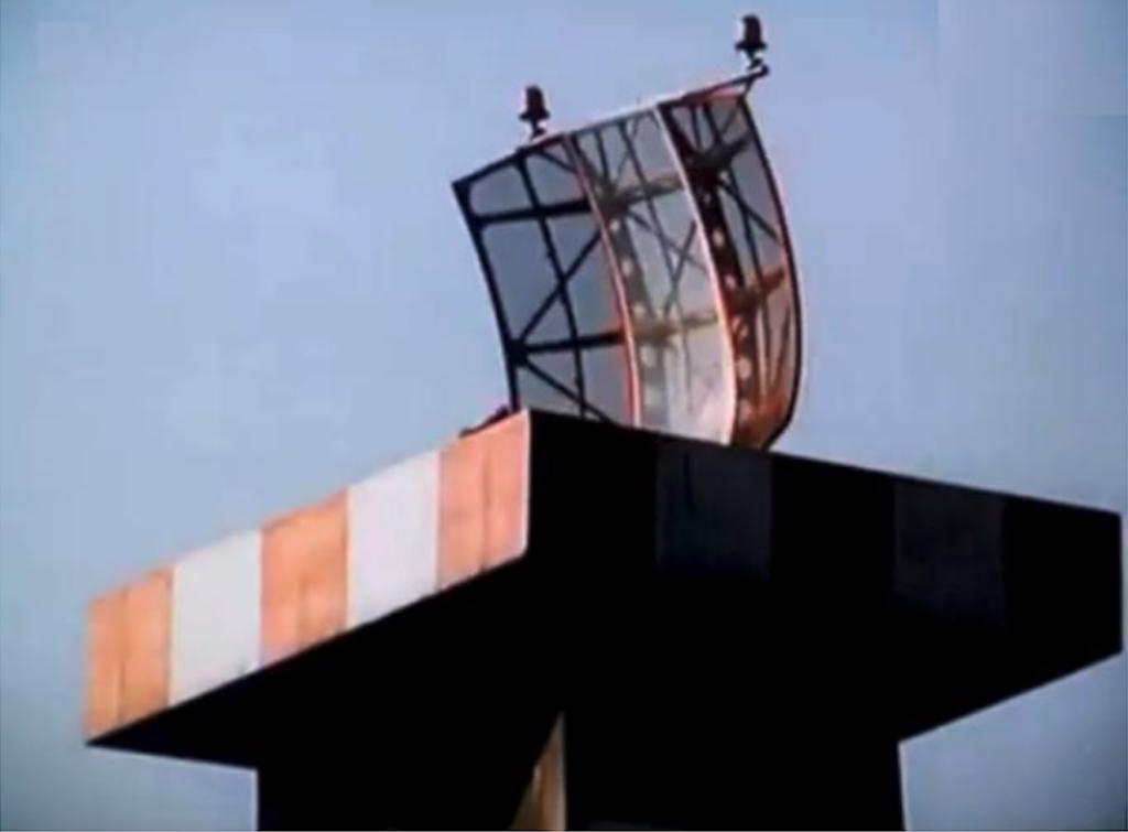 Antena radaru Kontroli zbliżania. Radar zamontowano w 1965 roku, na specjalnej murowanej wieży. Obecnie nie istnieje. Był to drugi cywilny radar na Lotnisku Okęcie po Polskim radarze AVIA-A. 1976 rok. Zdjęcie LAC