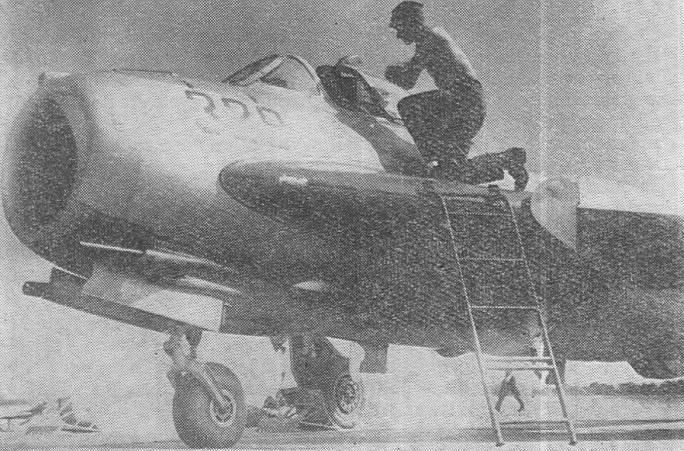 Lim-5 M nb 329 podczas obsługi na lotnisku.