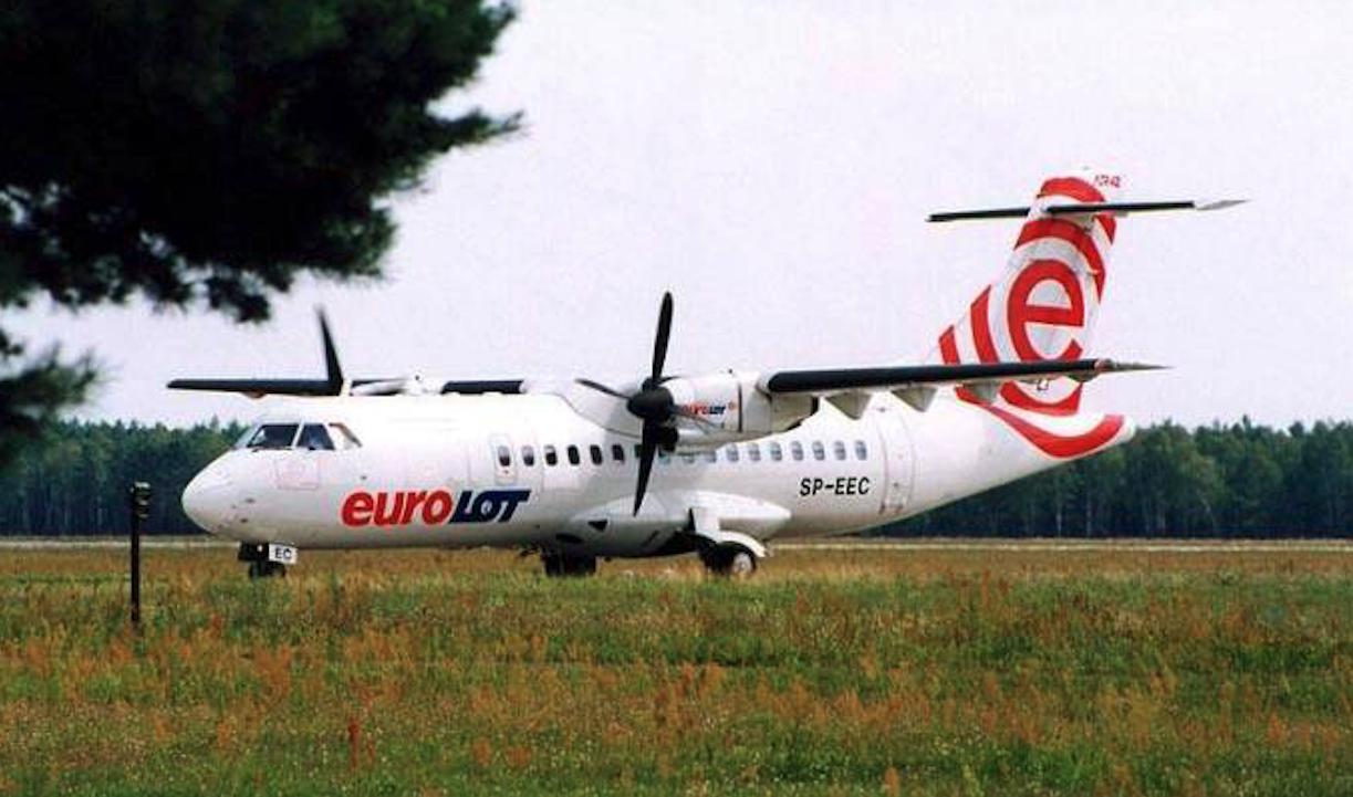ATR 42-300 rejestracja SP-EEC firmy EuroLOT na lotnisku Babimost. 2001 rok. Zdjęcie LAC