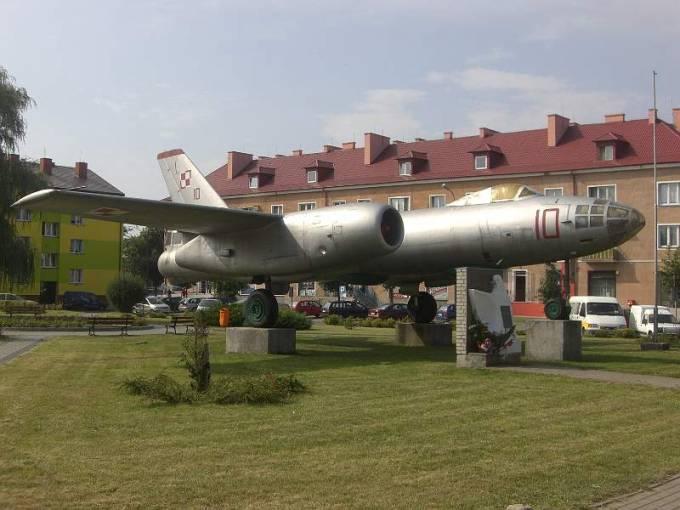 Ił-28 nb 10 jako pomnik na Osiedlu Oficerskim w Witkowie. 2008r.