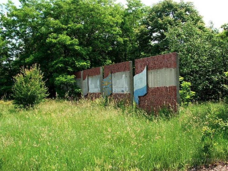 Lotnisko Krzywa, fragment ozdobnych tablic. 2007 rok. www.fortyfikacje.legnica