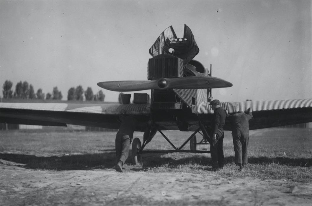 Obsługa samolotu Junkers F-13 w Polsce. Pod ogonem podstwiony wózek do przetaczania maszyny. 1928 rok. Zdjęcie Aerolot