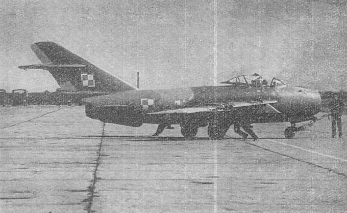 Samolot Lim-6 bis na lotnisku, prawdopodobnie Mirosławiec. Były to już ostatnie lata eksploatacji tych Polskich maszyn. Maszyny te choć z rodowodem sowieckim; opracowano w Polsce, budowano w Polsce i remontowano w Polsce. Warto o tym pamiętać. 1980r.