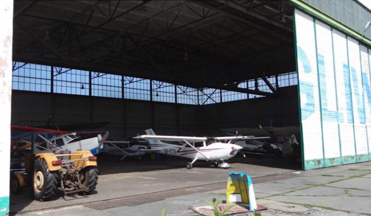 Lotnisko Gliwice. Wnętrze hangaru. 2012 rok. Zdjęcie Karol Placha Hetman