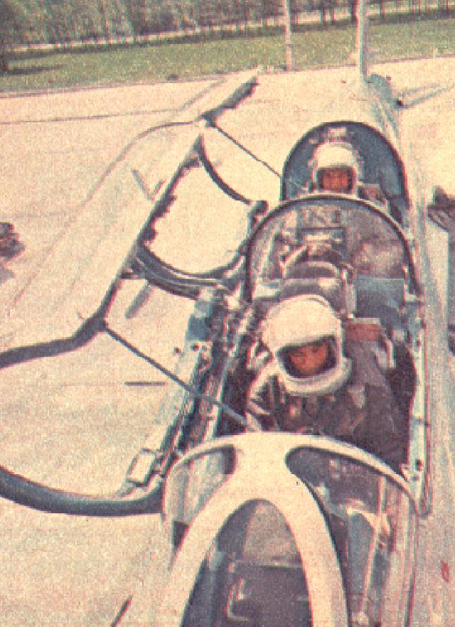 Piloci w kabinie MiG-21 U. 1970 rok. Zdjęcie LAC