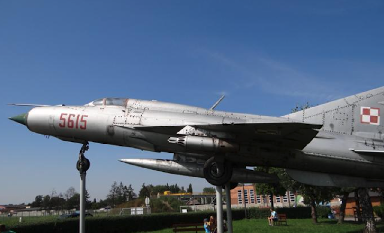 Lotnisko Gliwice. Pomnik-samolot MiG-21 PFM nb 5615. 2012 rok. Zdjęcie Karol Placha Hetman