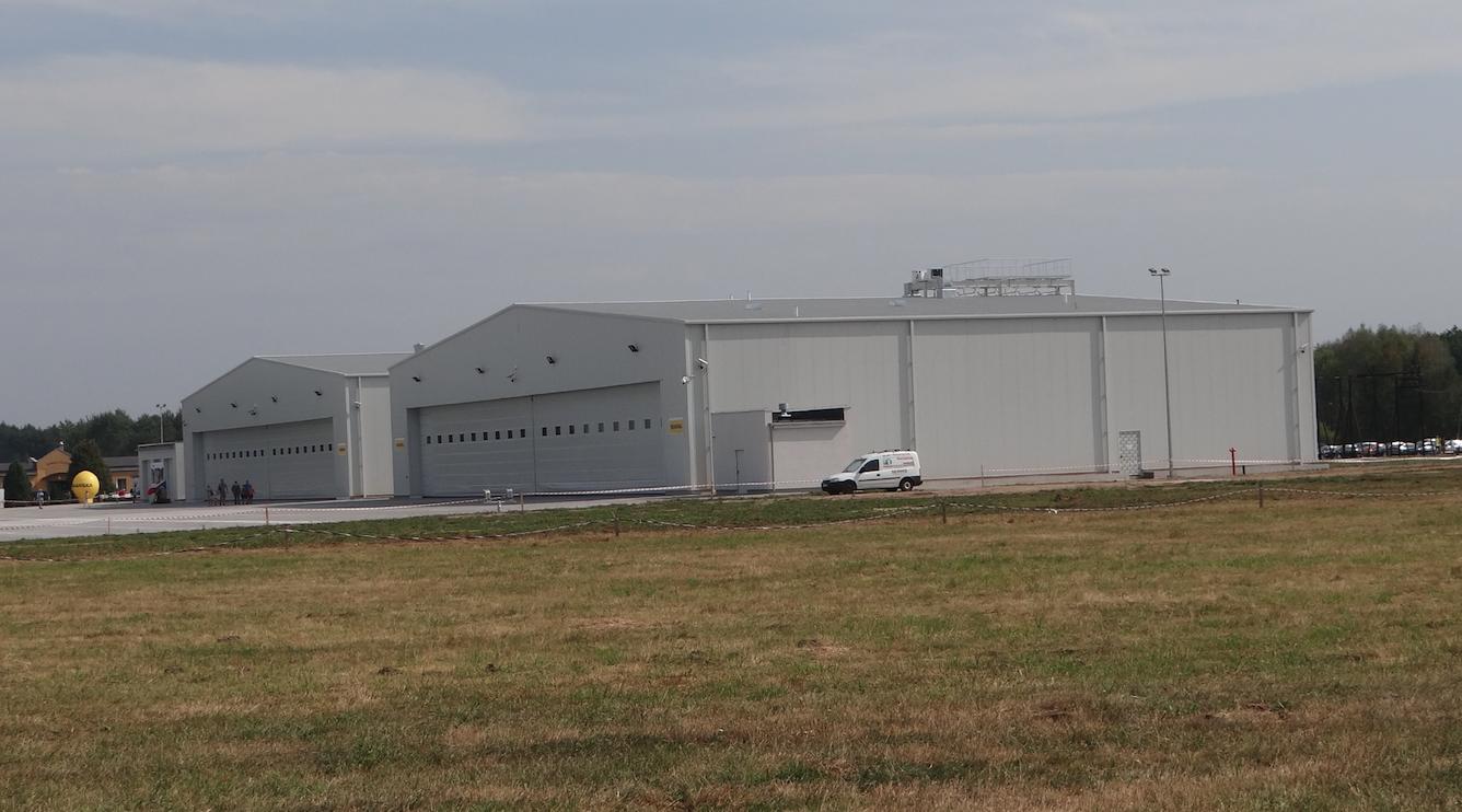 Hangary na Lotnisku Tomaszów Mazowiecki. 2012 rok. Zdjęcie Karol Placha Hetman