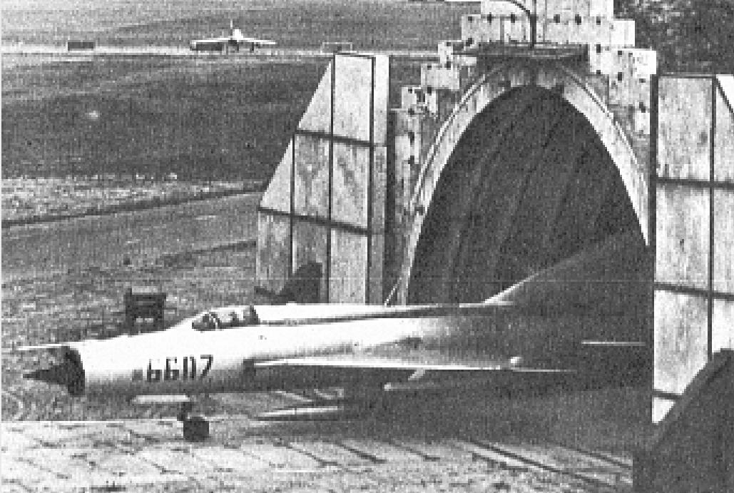 Samolot MiG-21 PFM nb 6607 opuszcza schrono-hangar. 1980 rok. Zdjęcie LAC