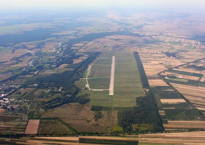 Lotniska Nowe Miasto nad Pilicą. Widok w kierunku zachodnim. W dole zdjęcia, przy szosie, na przedłużeniu DS. widoczne miejsce gdzie stała NDB bliższa. 2005r.