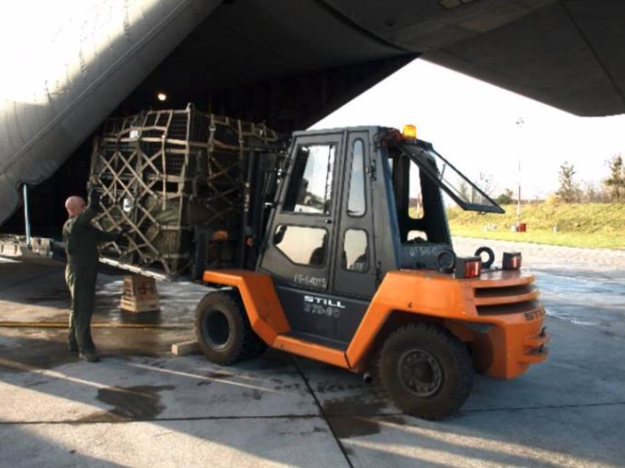 Lockheed C-130 nb 1506 loading goods. Powidz 2009-11-18. Photo by PSP