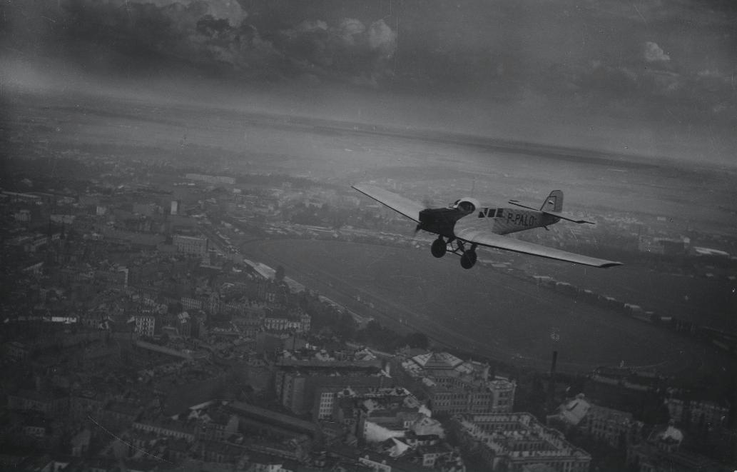 Samolot Junkers F-13 rej P-PALO Polskiego przewoźnika AEROLOT nad Warszawą. Widoczny tor wyścigów konnych i lotnisko Pole Mokotowskie. 1928 rok. Zdjęcie Aerolot