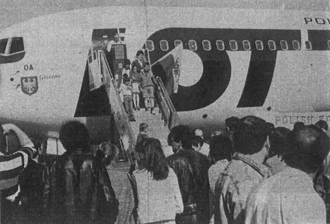 Msza Święta przy pierwszym Polskim samolocie B-767-200 ER SP-LOA odprawiona w dniu 16.04.1989r.. Zdjęcie to pokazano w Polskiej prasie dopiero w 90-tych latach.