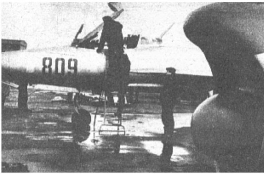 MiG-21 F-13 nb 809 nr 740809. Zdjęcie wykonano prawdopodobnie w 1964 roku w 11. PLM w Debrznie. Po prawej stronie przód myśliwca Lim-5 P. Zdjęcie LAC