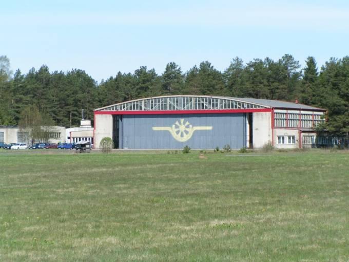 Główny hangar obsługowy na Lotnisku Siemirowice. Na drzwiach znak służb technicznych. 2008r.