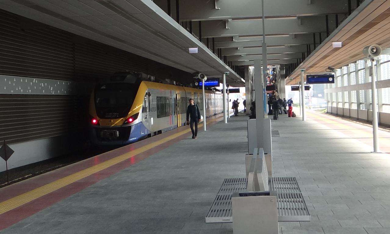 Stacja kolejowa Lotnisko. NEWAG typ 45WE seria EN79. 2017 rok. Zdjęcie Karol Placha Hetman