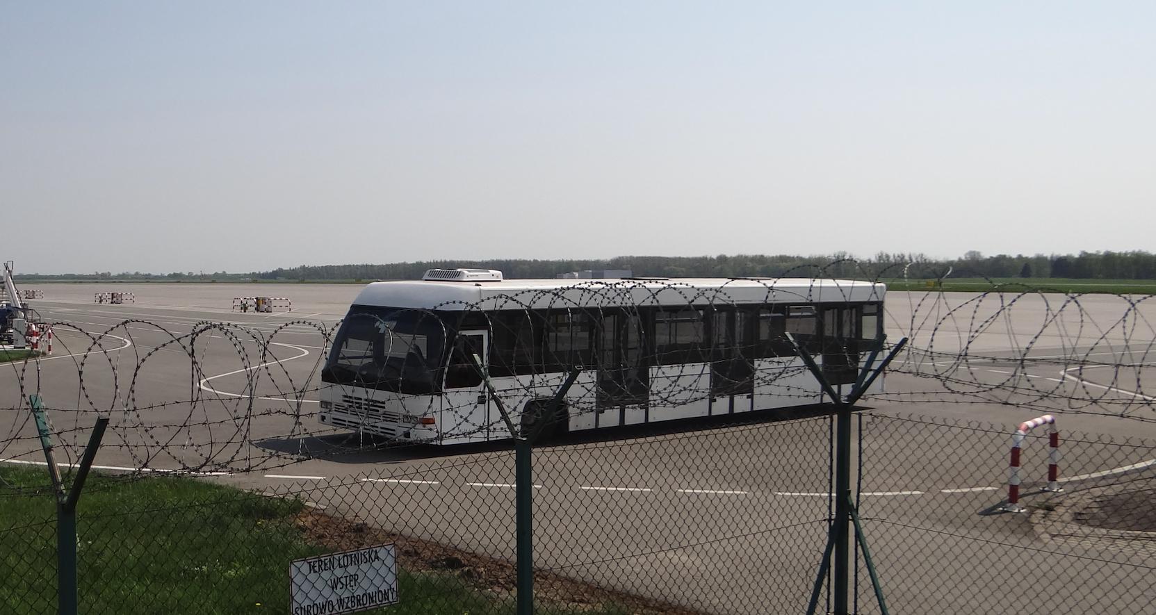 Lotnisko Strachowice. Autobus peronowy. 2018 rok. Zdjęcie Karol Placha Hetman